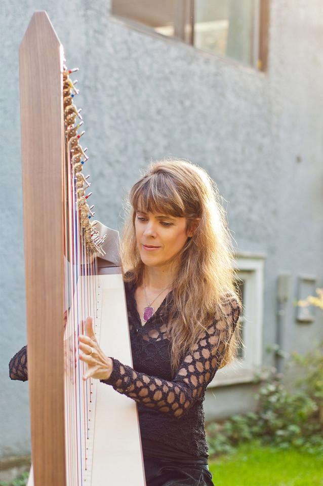 Outdoor harping